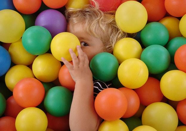 Crea tu propia piscina de bolas en casa for Piscinas de bolas para bebes