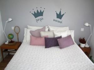 dormitorio decorado con vinilos