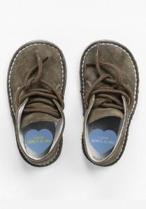 foto zapatos de niño con etiqueta personalizada con su nombre para marcar los zapatos con pegatinas adhesivas