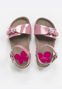 foto de zapatos de niña con pegatinas personalizadas con su nombre para marcar los zapatos y que no se pierdan