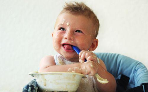 Tu hijo juega con la comida Aprenderá más
