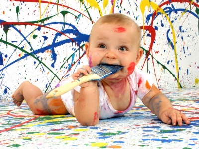 bebe pintando