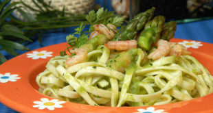Pasta ribbon noodles (tagliatelle) with asparagus and prawns