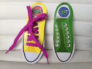 Enséñale a atarse los zapatos